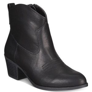 Beautiful and trendy ankle boots, fall must have!